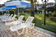 在游泳池的太阳床在一家热带旅馆里在希腊 免版税图库摄影