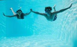 在游泳池的夫妇佩带的废气管 库存图片