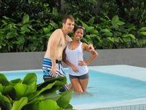 在游泳池的夫妇在新山 库存图片