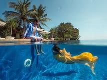在游泳池的夫妇 库存图片