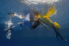 在游泳池的夫妇 免版税库存照片