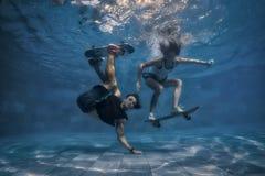 在游泳池的夫妇 免版税库存图片