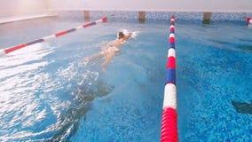 在游泳池的妇女游泳 慢的行动 股票录像