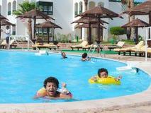 在游泳池的孩子 图库摄影