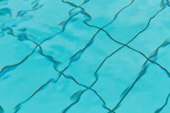 在游泳池的抽象波纹 免版税库存图片
