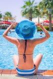 在游泳池的暑假 免版税库存照片