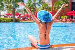 在游泳池的暑假 库存图片