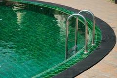 在游泳池的梯子 库存照片