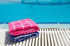 在游泳池的毛巾 图库摄影