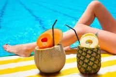 在游泳池的热带饮料 免版税库存照片