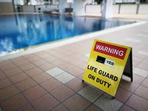 在游泳池的牌警告 免版税图库摄影