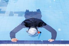 在游泳池的自由潜水训练 免版税库存照片