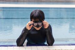 在游泳池的自由潜水训练 库存图片