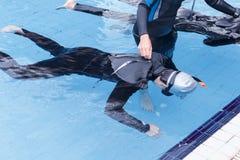 在游泳池的自由潜水训练 免版税图库摄影