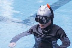 在游泳池的自由潜水训练 库存照片
