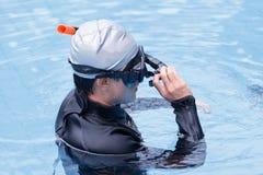 在游泳池的自由潜水训练 图库摄影