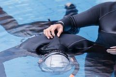 在游泳池的自由潜水训练 免版税库存图片