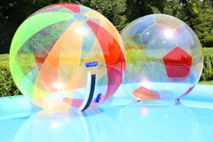 在游泳池的水球 免版税库存图片