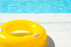 在游泳池的黄色水池浮游物 免版税库存照片