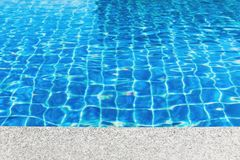 在游泳池背景旁边 免版税图库摄影
