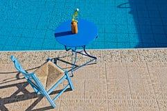 在游泳池边放松 免版税图库摄影