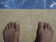 在游泳池边的假日脚 库存照片