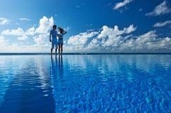 在游泳池边的夫妇 免版税图库摄影