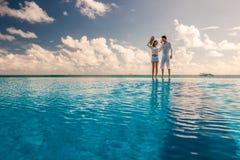 在游泳池边的夫妇 免版税库存照片