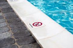 在游泳池边缘的没有潜水标志 库存图片
