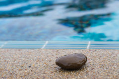 在游泳池边缘的石头  库存照片