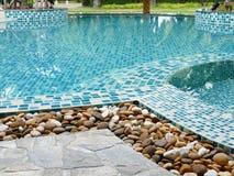 在游泳池边缘的石头 免版税库存照片