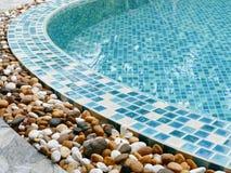 在游泳池边缘的石头 免版税库存图片