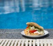 在游泳池附近的三明治 免版税库存照片