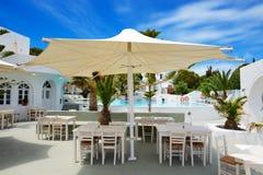 在游泳池附近的室外餐馆在豪华旅馆 图库摄影