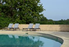在游泳池附近的松弛椅子 库存照片