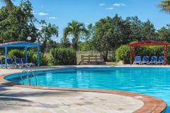 在游泳池附近的椅子在旅馆和手段-假期概念里 免版税库存照片