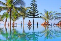 在游泳池附近的瑜伽妇女 库存图片