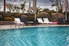 在游泳池附近的空的休闲地方; 免版税库存照片