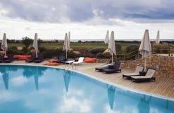 在游泳池附近的空的休闲地方; 免版税库存图片