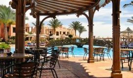 在游泳池附近的酒吧在埃及旅馆里 免版税库存图片