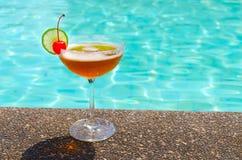 在游泳池附近的鸡尾酒在夏天 免版税图库摄影