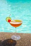 在游泳池附近的鸡尾酒在夏天 免版税库存图片