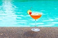 在游泳池附近的鸡尾酒在夏天 图库摄影
