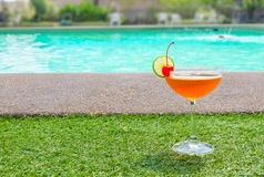在游泳池附近的鸡尾酒在夏天 库存照片