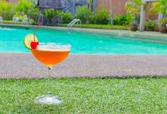 在游泳池附近的鸡尾酒在夏天 库存图片