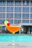 在游泳池附近的鸡尾酒在夏天 免版税库存照片