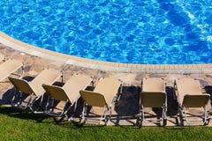 在游泳池附近的Sunbeds 免版税库存图片