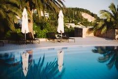 在游泳池附近,日落时间 免版税库存照片