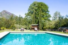 在游泳池附近 免版税库存图片
