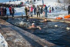 在游泳的竞争在冰水,在节日冬天fu 免版税图库摄影